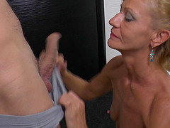 Hot eating of her mature pussy leaves her wet for dick